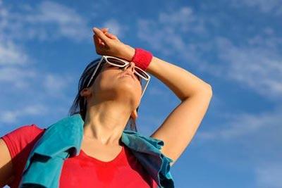 Перегрев на солнце — признаки, симптомы у взрослых, что делать при солнечном перегреве, первая помощь человеку
