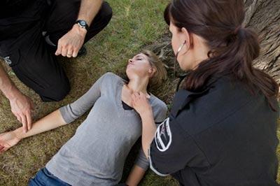 Первая помощь при тепловом ударе: симптомы, что можно и нельзя делать при оказании помощи